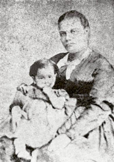 1848 - Chiquinha Gonzaga com um ano de idade no colo de sua mãe. Fonte: Chiquinha Gonzaga, uma história de vida, por Edinha Diniz, Editora Zahar, 2009.
