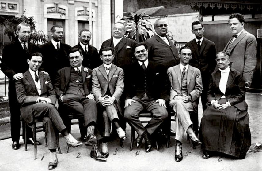 1921 - Chiquinha Gonzaga ao lado de autores teatrais. Fonte: Chiquinha Gonzaga, uma história de vida, por Edinha Diniz, Editora Zahar, 2009.